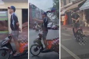 Hãi hùng cảnh thanh niên chạy xe tay ga thả hai tay gây chú ý