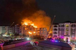 Chung cư bốc cháy, lính cứu hỏa Texas lao đao vì nước đóng băng