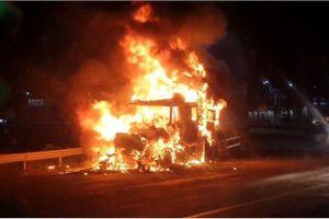 Xe container bất ngờ bốc cháy dữ dội, thiệt hại hàng tỷ đồng