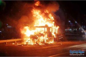 Xe container bốc cháy ngùn ngụt khi đang lưu thông trên đường