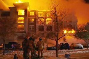 Lính cứu hỏa Texas bất lực nhìn chung cư bị thiêu trụi vì... nước đóng băng