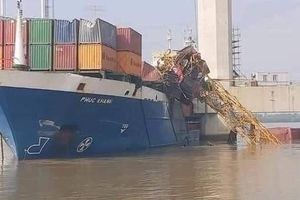 Tàu hàng đâm gãy cần cẩu đang thi công cầu Phước Khánh