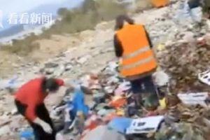 Người phụ nữ hốt hoảng lao vào bãi rác tìm kiếm khắp nơi, biết nguyên nhân ai cũng 'thót tim' thay