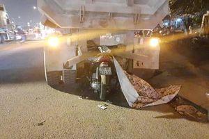 Xe máy găm đuôi xe ben, một người chết tại chỗ
