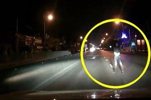 Thanh niên biểu hiện bất thường chặn đầu ô tô lúc 1h sáng và cái kết
