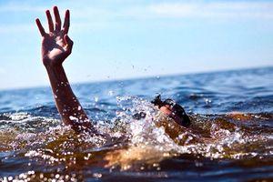 Nhân viên bảo vệ tử vong khi lao ra biển cứu nam sinh