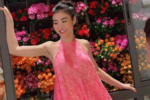 Mặc áo yếm với quần 'tàng hình', hoa hậu Julia Hồ gây choáng