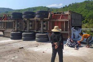 Video TNGT ngày 23/2: Xe container ôm cua lật nghiêng đè tử vong 2 người