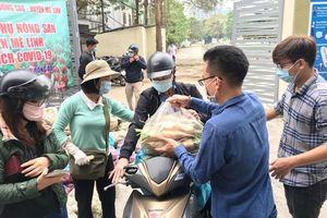 Người dân Hà Nội nhiệt tình tham gia chương trình hỗ trợ nông dân Mê Linh tiêu thụ nông sản do Báo Kinh tế và Đô thị tổ chức