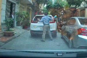 Đỗ ô tô giữa ngõ để phủi bụi, mặc kệ xe sau xin đường