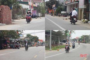 'Nam thanh, nữ tú' đầu trần chạy xe máy trên đường ven biển Hà Tĩnh