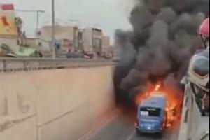 Xe buýt bất ngờ bốc cháy tại hầm chui An Sương