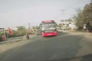 Camera giao thông: Xe khách lấn sang làn ngược chiều, tông văng người đi xe máy