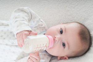 Hầu hết trẻ nhỏ đều vừa bú mẹ vừa bú bình, đây là 4 điều các mẹ cần lưu ý để bé nhanh cứng cáp khi ăn kết hợp 2 loại sữa
