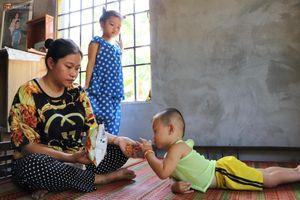 Chồng bỏ, người mẹ trẻ ôm 2 con khờ cầu cứu: 'Em chỉ ước con mình được chữa bệnh'