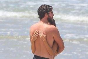 Liam Hemsworth ôm chặt bạn gái trên bãi biển