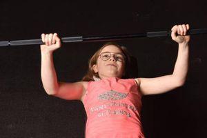 Bé gái 10 tuổi cử tạ như vận động viên chuyên nghiệp