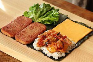 Học làm kimbap nhân thịt hộp, cá ngừ
