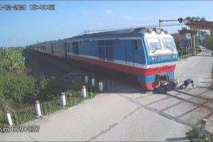 Cố băng qua đường sắt, người đàn ông thoát chết trong gang tấc trước mũi tàu hỏa
