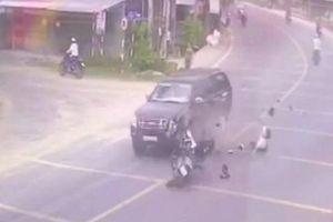 Chạy xe về báo tin cha bị tai nạn, một cán bộ huyện tông vào ô tô tử vong