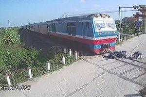 Người đàn ông thoát chết trước mũi tàu hỏa trong tích tắc