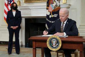 Tổng thống Biden đảo ngược lệnh cấm của ông Trump về thẻ xanh