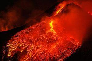Núi lửa lớn nhất châu Âu phun dung nham đỏ rực