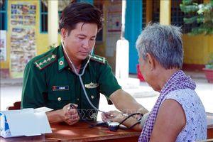 'Bác sỹ quân hàm xanh' nặng lòng với người nghèo biên giới