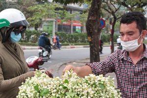 Người dân tấp nập mua hoa bưởi đón rằm tháng Riêng