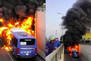 Clip: Xe buýt bốc cháy ngùn ngụt trong hầm chui An Sương