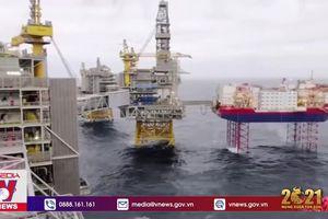 Giá dầu thế giới cao nhất trong 13 tháng