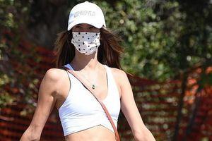 Alessandra Ambrosio diện croptop khoe body nóng bỏng trên phố
