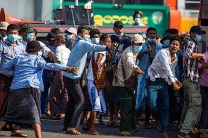 Phe biểu tình ủng hộ và phản đối quân đội Myanmar đụng độ trên phố