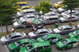 Từ 25-3: Xe taxi phải niêm yết bảng giá cước ở hai bên cánh cửa xe