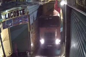 Công an TP Thủ Đức truy xe container chui hẻm làm hư nhà dân