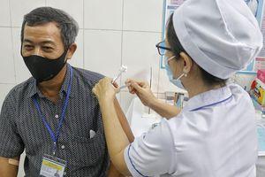 Gia đình 5 người đều tiêm thử nghiệm vaccine COVID-19