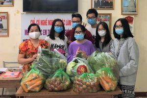 Học sinh Hà Nội mang nông sản giải cứu tặng người khó khăn
