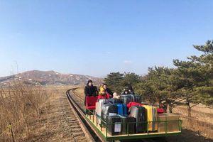 Nhân viên ngoại giao Nga tại Triều Tiên đẩy xe goòng về nước