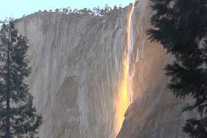 Hiện tượng 'thác lửa' hiếm gặp ở California