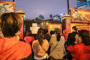 Người dân vái vọng, dùng điện thoại theo dõi lễ cầu an online tại chùa Phúc Khánh