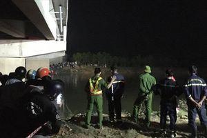 Ôtô đâm loạt xe trên cầu, 4 học sinh thương vong
