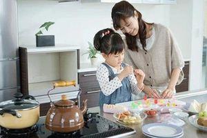 Vừa phải nấu ăn, vừa phải trông con nhỏ sẽ trở nên dễ dàng hơn bao giờ hết nếu các mẹ áp dụng trò chơi dưới đây