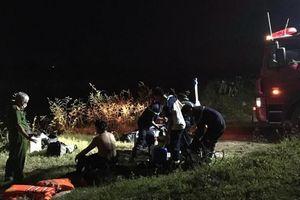 Ô tô tông 4 học sinh chạy xe đạp điện trên cầu, 1 em rơi xuống sông tử vong