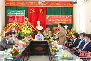 Phó Bí thư Tỉnh ủy Trịnh Tuấn Sinh thăm, chúc mừng cán bộ, y bác sỹ Bệnh viện Phổi Thanh Hóa và Bệnh viện Đa khoa huyện Thiệu Hóa