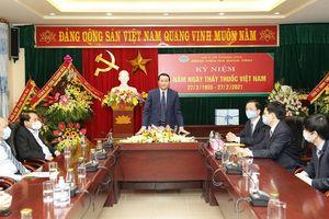 Chủ tịch UBND tỉnh Đỗ Minh Tuấn thăm, chúc mừng các cơ sở y tế nhân Ngày Thầy thuốc Việt Nam