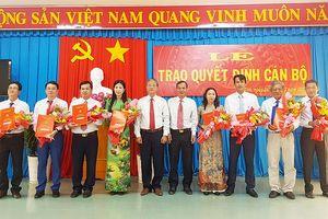 Ban Thường vụ Huyện ủy Tri Tôn trao quyết định công tác cán bộ