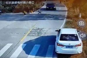 Pha bẻ lái xuất thần cứu sống em bé chạy sang đường
