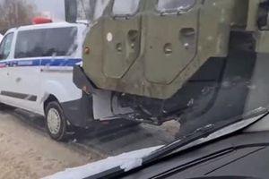 Xe chở tên lửa S-400 đâm trúng xe cảnh sát ở Moscow