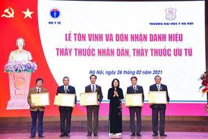 Trao tặng danh hiệu Thầy thuốc Nhân dân, Thầy thuốc Ưu tú cho 17 bác sỹ