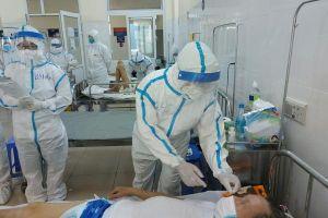 Cán bộ y tế không ngại gian khổ, hy sinh để ngăn ngừa, kiểm soát dịch